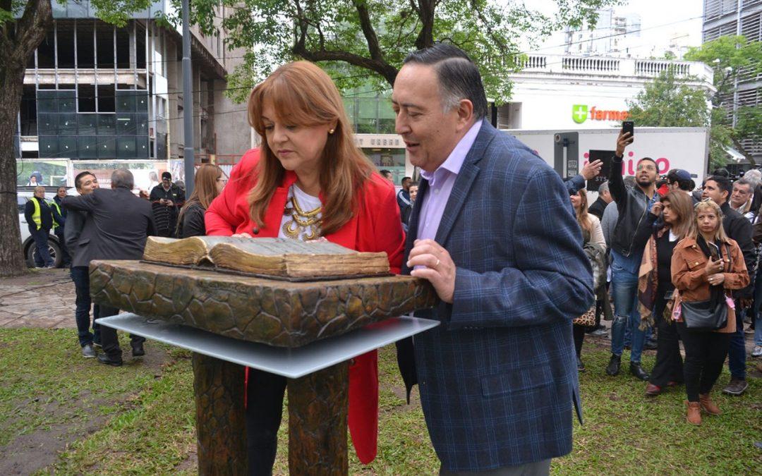 inauguraron el monumento a la Biblia en la plaza 25 de Mayo en Resistencia