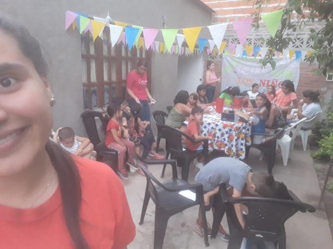 Decenas de niños asisten a merendero enVilla Luzuriaga